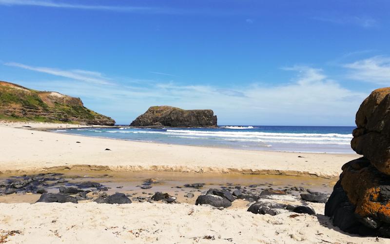 Adembenemend verlaten strand tijden een individuele rondreis